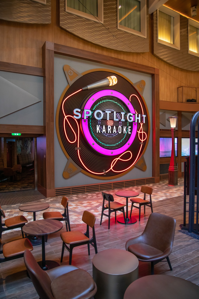 November 2019 – The new Spotlight Karaoke on the amplified Oasis of the Seas is where aspiring singers can belt out their favorite tunes on the main stage or in one of two private rooms.