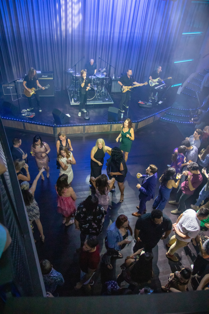 November 2019 – Quantum Class favorite Music Hall makes its Oasis Class debut on the newly amplified Oasis of the Seas. Guests can jam out on the dance floor to live cover bands or take in the scene from the two bars, the intimate lounge seating or while playing a game of pool.